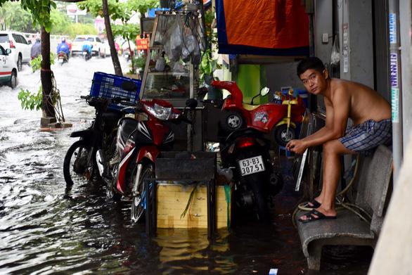 TP.HCM mưa diện rộng, nhiều tuyến đường ngập nước - Ảnh 11.