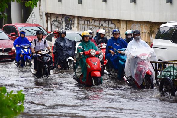 TP.HCM mưa diện rộng, nhiều tuyến đường ngập nước - Ảnh 12.