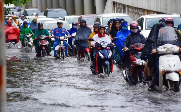 TP.HCM mưa diện rộng, nhiều tuyến đường ngập nước - Ảnh 13.