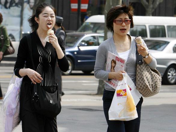 Chợ Nhật vừa muốn có khách, vừa muốn cấm vừa đi vừa ăn - Ảnh 2.