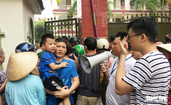 Cháy trường mầm non, sơ tán cả trăm trẻ giữa trưa - Ảnh 7.