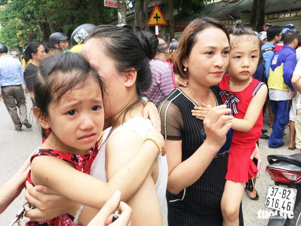Cháy trường mầm non, sơ tán cả trăm trẻ giữa trưa - Ảnh 2.