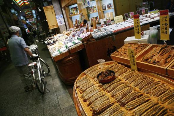 Chợ Nhật vừa muốn có khách, vừa muốn cấm vừa đi vừa ăn - Ảnh 1.