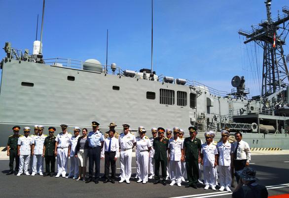 Tàu chiến và tàu đổ bộ lớn nhất của Úc vào vịnh Cam Ranh - Ảnh 10.