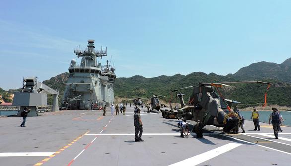Tàu chiến và tàu đổ bộ lớn nhất của Úc vào vịnh Cam Ranh - Ảnh 4.