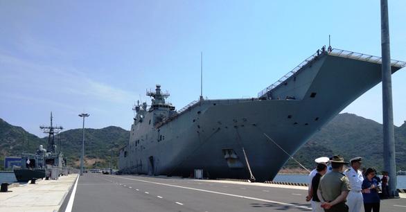 Tàu chiến và tàu đổ bộ lớn nhất của Úc vào vịnh Cam Ranh - Ảnh 1.