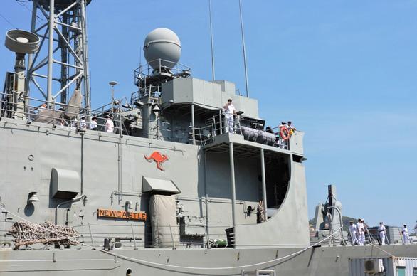 Tàu chiến và tàu đổ bộ lớn nhất của Úc vào vịnh Cam Ranh - Ảnh 9.