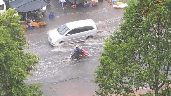 TP.HCM mưa diện rộng, nhiều tuyến đường ngập nước - Ảnh 1.