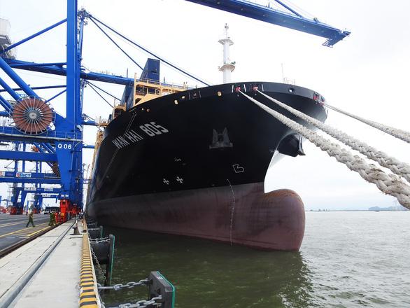 Tàu hàng khủng cập cảng container quốc tế Hải Phòng - Ảnh 1.