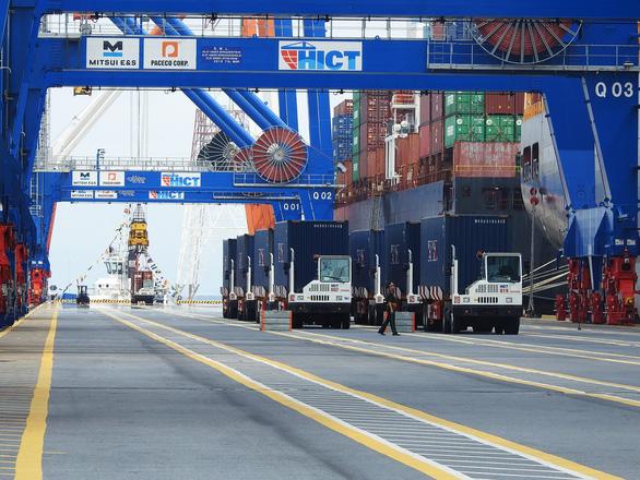 Tàu hàng khủng cập cảng container quốc tế Hải Phòng - Ảnh 2.