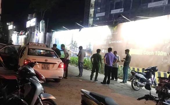 Người dân cấp cứu tài xế taxi nghi bị hành khách dùng dao tấn công - Ảnh 1.