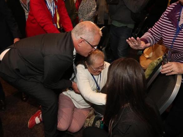 Thủ tướng Úc bị cô gái đập trứng vào đầu - Ảnh 4.