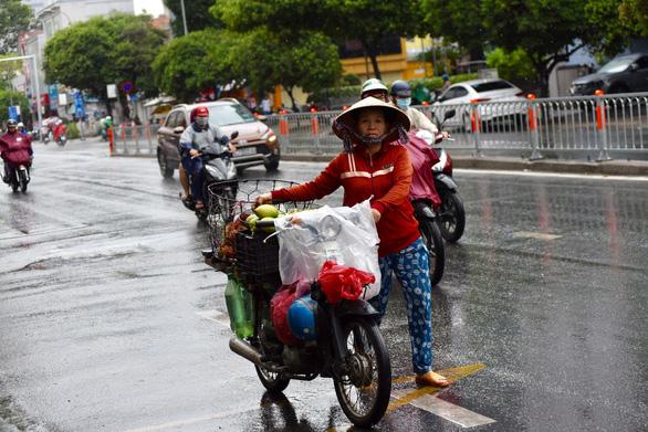 TP.HCM mưa diện rộng, nhiều tuyến đường ngập nước - Ảnh 5.