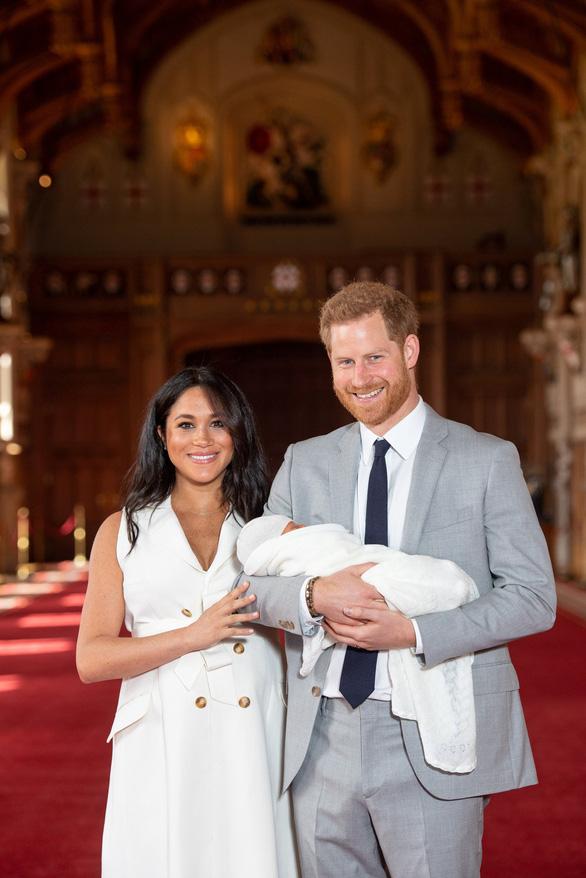 Hoàng tử bé nước Anh gặp mặt Nữ hoàng ở lâu đài Winsor - Ảnh 2.