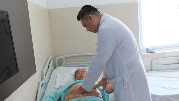 Bệnh viện Bình Dân dùng robot cắt bướu thận cho bà cụ 70 từng 5 lần mổ - Ảnh 1.