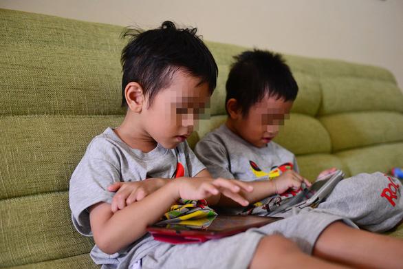 Người nước ngoài phát sợ thấy cha mẹ Việt vừa đút cơm, vừa cho con xem iPad - Ảnh 2.