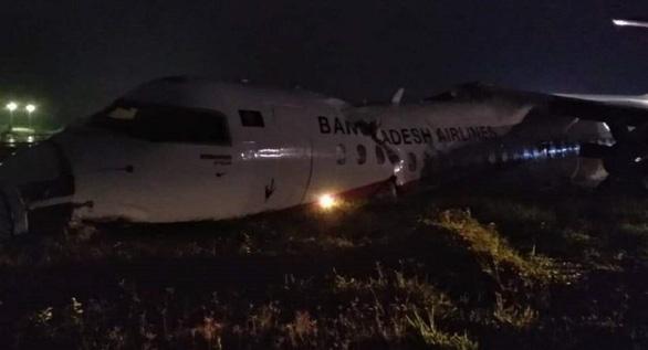 Máy bay vỡ khi trượt đường băng ở Myanmar - Ảnh 1.