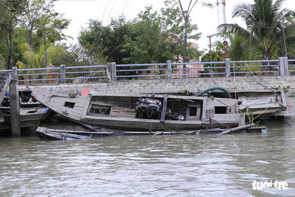 Cát tặc đánh chìm 4 tàu, nhảy xuống sông tẩu thoát - Ảnh 1.