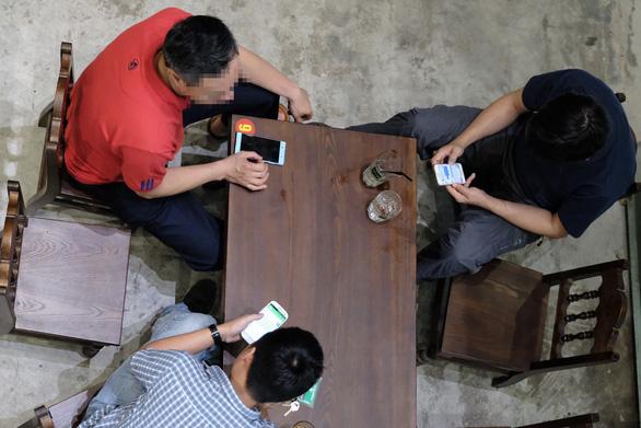 Người nước ngoài phát sợ thấy cha mẹ Việt vừa đút cơm, vừa cho con xem iPad - Ảnh 1.