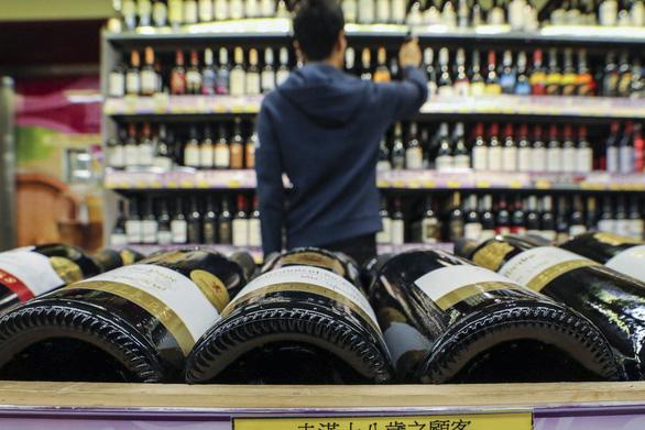 Nước giàu ít rượu bia đi, nước trung bình thì uống nhiều lên - Ảnh 1.