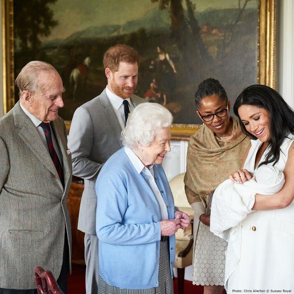 Hoàng tử bé nước Anh gặp mặt Nữ hoàng ở lâu đài Winsor - Ảnh 3.