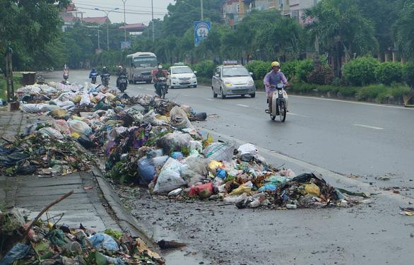 Hà Nội, TP.HCM vẫn phổ biến tình trạng để rác trước cửa nhà - Ảnh 1.