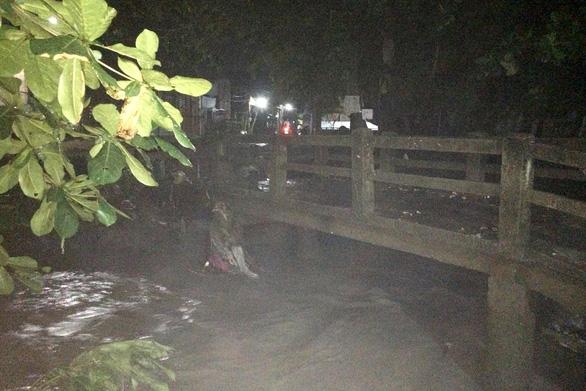 Đang tìm kiếm 2 người bị nước suối cuốn trôi tại Đồng Nai - Ảnh 2.