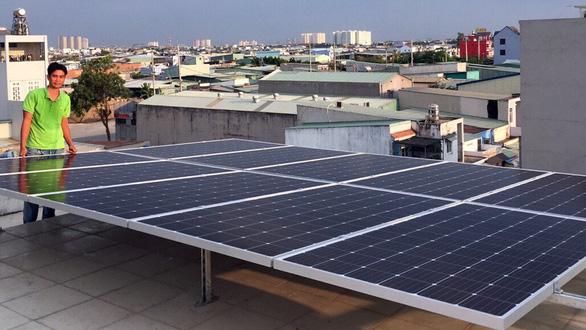 Dân TP.HCM nhận tiền bán điện mặt trời từ ngành điện - Ảnh 1.