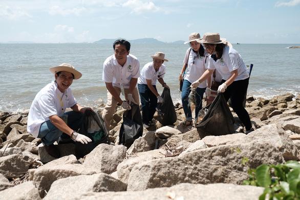 Trồng cây xanh, làm sạch bãi biển Cần Giờ - Ảnh 2.