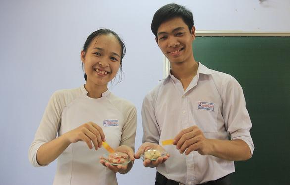 Học sinh lớp 11 sáng chế giấy phát hiện chất bảo quản - Ảnh 1.