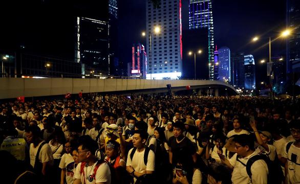 Biểu tình Hong Kong đã có đụng độ, báo Trung Quốc tố thế lực nước ngoài phá - Ảnh 2.