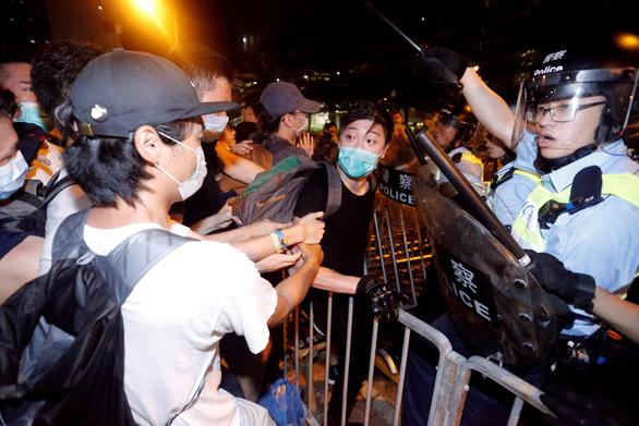 Biểu tình Hong Kong đã có đụng độ, báo Trung Quốc tố thế lực nước ngoài phá - Ảnh 1.