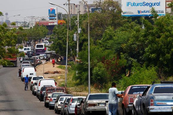 Chết vì nổ súng giành nhau mua xăng dầu ở Venezuela - Ảnh 1.