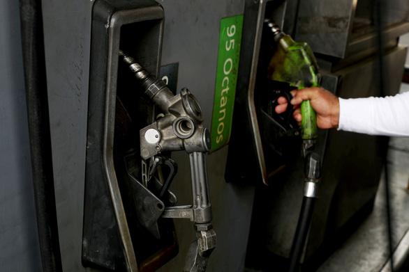 Chết vì nổ súng giành nhau mua xăng dầu ở Venezuela - Ảnh 2.