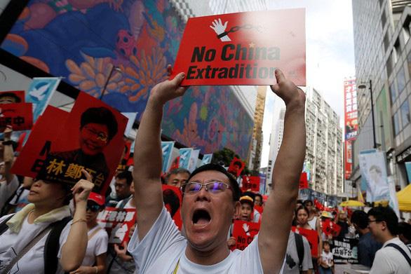 Biểu tình Hong Kong đã có đụng độ, báo Trung Quốc tố thế lực nước ngoài phá - Ảnh 3.