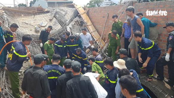 Sập giàn giáo nhà đang xây, 1 người chết, 1 người bị thương - Ảnh 2.