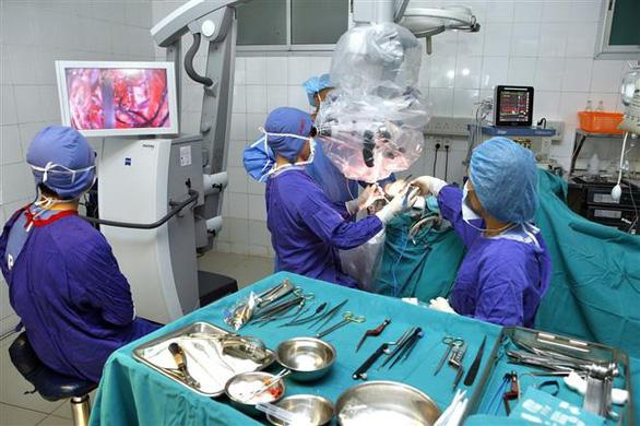 Phẫu thuật cứu cô gái trẻ 25 năm sống chung với động kinh - Ảnh 1.