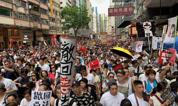 Doanh nghiệp Hong Kong hứa đóng cửa nghỉ, cho nhân viên đi biểu tình - Ảnh 1.