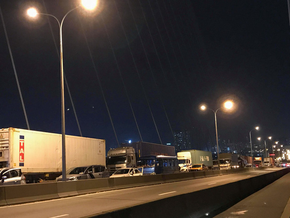 Xe tải lật ngang đường, dốc cầu Phú Mỹ kẹt cứng - Ảnh 2.