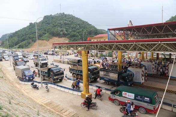 Trạm BOT Hòa Lạc - Hòa Bình tắc nghẽn vì tài xế dàn xe phản đối - Ảnh 1.