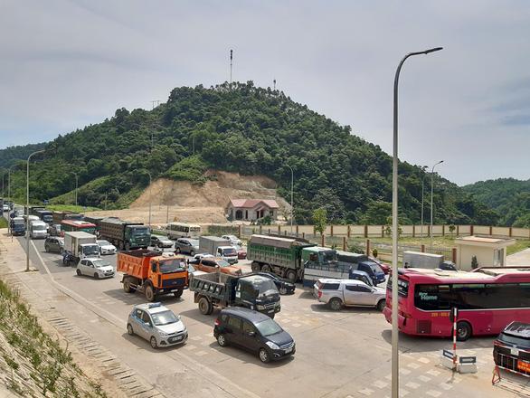 Trạm BOT Hòa Lạc - Hòa Bình tắc nghẽn vì tài xế dàn xe phản đối - Ảnh 2.