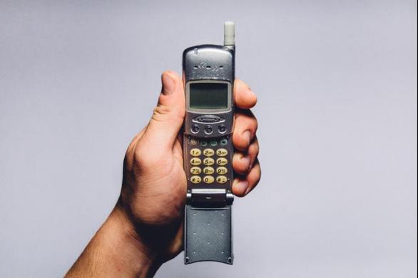 Bạn dám bỏ smartphone, xài nắp gập cùi bắp để nhận ngay ngàn đô? - Ảnh 1.