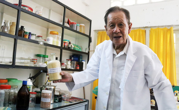 Giáo sư 83 tuổi ngày ngày hóa phép rác thành... tiền  - Ảnh 1.
