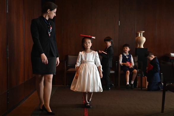 Con nhà giàu Trung Quốc rèn giũa làm quý tộc - Ảnh 1.