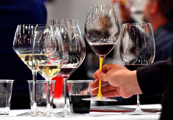 Pháp đánh thuế rượu Mỹ cao, ông Trump đe dọa trả đũa Pháp - Ảnh 1.
