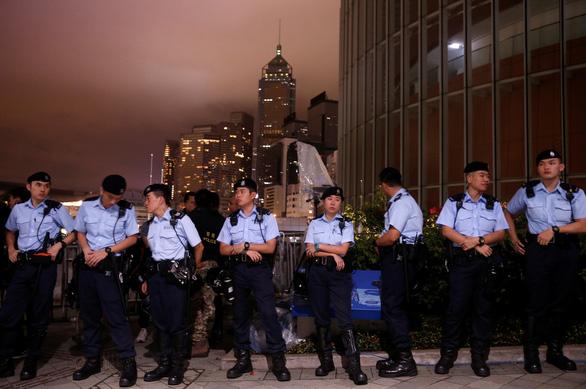 Dân Hong Kong thức suốt đêm ngoài đường chờ biểu tình - Ảnh 3.