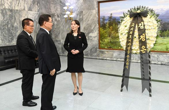 Em gái ông Kim đến chia buồn, gửi hoa viếng cựu đệ nhất phu nhân Hàn Quốc - Ảnh 2.