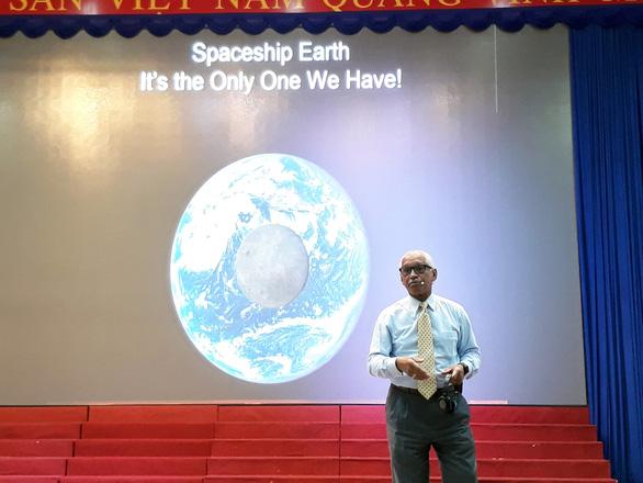 Học sinh tiểu học TP.HCM hỏi cựu tổng giám đốc NASA về điều đáng sợ nhất trên vũ trụ - Ảnh 1.