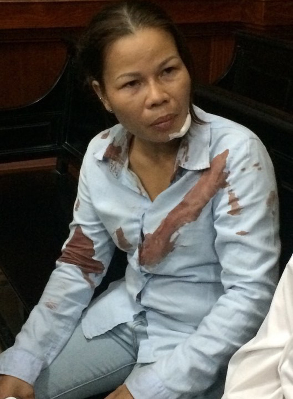Vợ bị cáo bị đánh đổ máu ngay tại tòa - Ảnh 1.