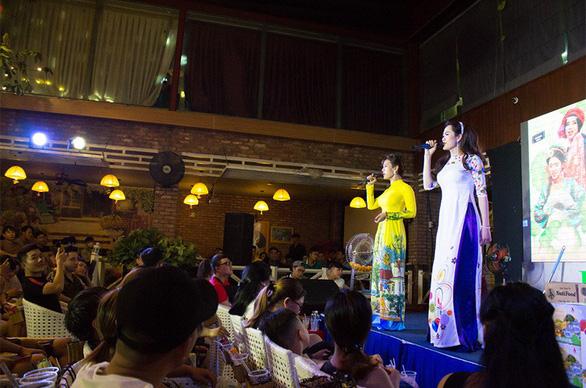 Những bóng hồng chuyển giới hát lô tô ở Sài Gòn - Ảnh 1.